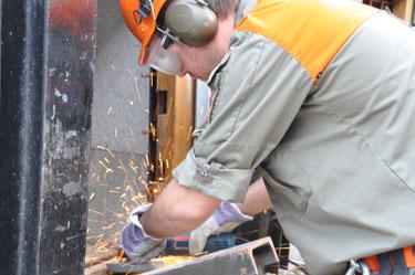 Eisennetz mit Trennschleifer trennnen